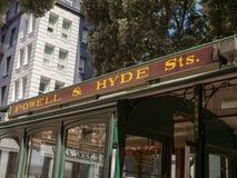 Segnale stradale di Hyde e di Powell sulla cabina di funivia a San Francisco immagine stock libera da diritti
