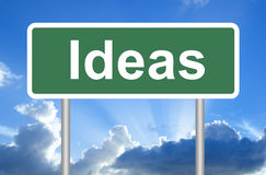 Segnale stradale di idee su cielo blu con le nuvole Fotografia Stock Libera da Diritti