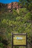 Segnale stradale di legno del parco naturale, Alpes Maritimes, parco Esterel Fotografia Stock Libera da Diritti