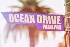 Segnale stradale di Miami dell'azionamento dell'oceano Immagine Stock