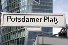 Segnale stradale di Potsdamer Platz, Berlino Fotografia Stock Libera da Diritti