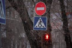 Segnale stradale di proibizione vicino ai semafori, situati sulla colonna immagini stock libere da diritti