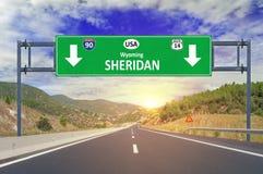 Segnale stradale di Sheridan della città degli Stati Uniti sulla strada principale Immagini Stock