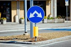 Segnale stradale di strada a doppio senso di circolazione Fotografia Stock