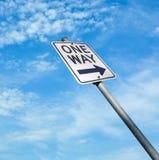 Segnale stradale di strada a senso unico sul fondo del cielo blu Fotografia Stock