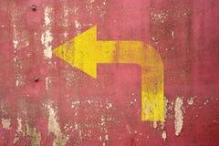 Segnale stradale di svolta a sinistra dipinto sulla parete Immagini Stock