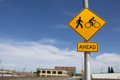 Segnale stradale di traffico ciclistico e del pedone con cielo blu Fotografia Stock Libera da Diritti