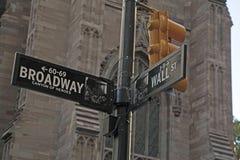 Segnale stradale di Wall Street e di Broadway NYC Fotografia Stock