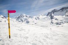 Segnale stradale direzionale vuoto con il paesaggio della montagna della neve di inverno Immagine Stock