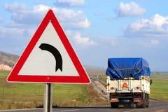 Segnale stradale e camion Immagini Stock