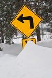 Segnale stradale e neve Immagini Stock Libere da Diritti