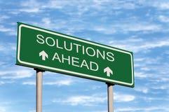 Segnale stradale e nubi delle soluzioni avanti Immagini Stock Libere da Diritti