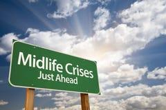 Segnale stradale e nuvole verdi di crisi di mezza età appena avanti Immagini Stock Libere da Diritti