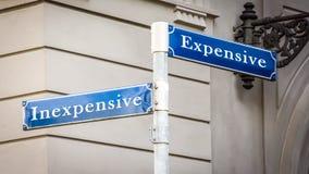 Segnale stradale economico contro costoso fotografia stock libera da diritti
