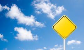 Segnale stradale giallo in bianco con cielo blu Immagini Stock Libere da Diritti