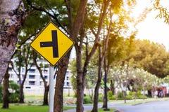 Segnale stradale giallo d'avvertimento per sicurezza e le strade trasversali immagini stock libere da diritti