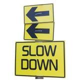 Segnale stradale giallo di rallentamento isolato su bianco fotografia stock libera da diritti
