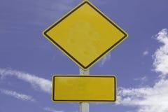 Segnale stradale giallo sulle nuvole Fotografie Stock Libere da Diritti