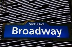 Segnale stradale illuminato di Broadway in New York Fotografia Stock Libera da Diritti
