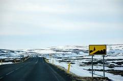 Segnale stradale islandese, strada nera sola, Islanda Fotografia Stock