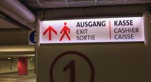 Segnale stradale luminoso in cui è scritto l'uscita ed il cassiere in tedesco fotografia stock