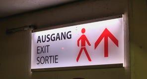 Segnale stradale luminoso in cui è scritto l'uscita in tedesco fotografia stock