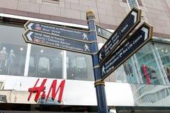 Segnale stradale nel centro urbano nella zona commerciale, arena, Birmingha immagine stock libera da diritti