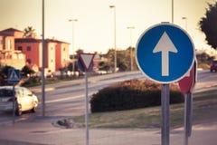 Segnale stradale obbligatorio del segno europa fotografia stock libera da diritti