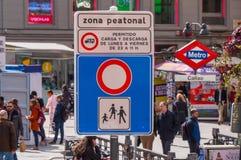 Segnale stradale pedonale di zona al quadrato di Calleo a Madrid immagine stock