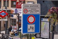 Segnale stradale pedonale di zona al quadrato di Calleo a Madrid fotografie stock