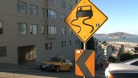 Segnale stradale ripido San Francisco della carrozza gialla video d archivio