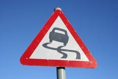 Segnale stradale sdrucciolevole d'avvertimento Fotografia Stock Libera da Diritti
