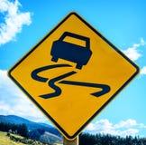 Segnale stradale sdrucciolevole giallo Fotografia Stock