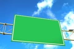Segnale stradale sopraelevato verde in bianco Immagine Stock Libera da Diritti