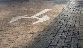 Segnale stradale su terra immagini stock libere da diritti