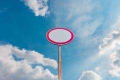 Segnale stradale su un fondo del cielo blu Fotografia Stock Libera da Diritti