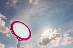 Segnale stradale su un fondo del cielo blu Immagini Stock Libere da Diritti