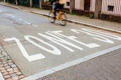 Segnale stradale su un limite di velocità dell'asfalto di 30 chilometri all'ora Fotografia Stock Libera da Diritti