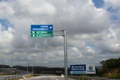 Segnale stradale sul modo all'arena del Pernambuco in Recife immagini stock libere da diritti