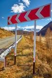 Segnale stradale sull'itinerario federale M52 della montagna di Altai Fotografie Stock Libere da Diritti