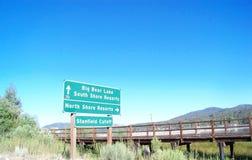 Segnale stradale sulla montagna Fotografie Stock