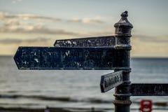 Segnale stradale sulla passeggiata di Saltburn Litorale inglese fotografie stock libere da diritti