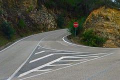 Segnale stradale sulla ramificazione delle strade immagine stock