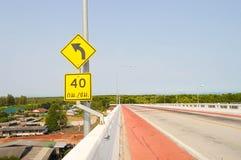 Segnale stradale sulla strada Fotografia Stock Libera da Diritti