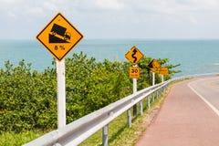 Segnale stradale sulla strada del mare Fotografia Stock