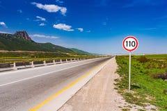 Segnale stradale sulla strada principale immagini stock libere da diritti