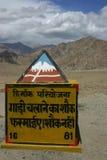 Segnale stradale sulle strade dell'Himalaya Fotografia Stock