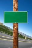 Segnale stradale verde in bianco Fotografia Stock Libera da Diritti