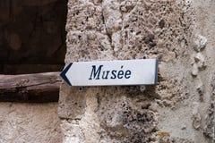 Segnale turistico con il museo scritto in francese immagini stock libere da diritti