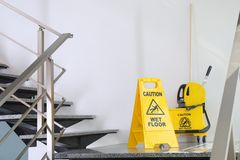 Segnaletica di sicurezza pavimento bagnato u2013 idee immagine casa